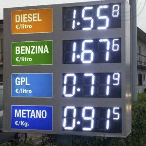 Prezziario benzina bifacciale con voci carburanti realizzate in plexiglass ed illuminate internamente. Display luminosi a led bianchi con gestione da telecomando.