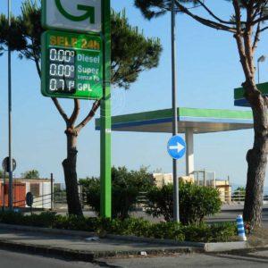 Insegna per distributori benzina bifacciale con pannelli termoformati su palo dotata di prezziari a 3 linee con Display a led bianchi.