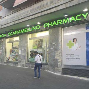 Scritta farmacia luminosa in acciaio con frontale in plexiglas verde ed impianto d'illuminazione a led.