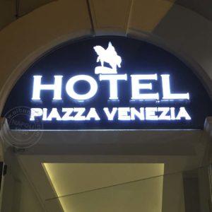 Insegna per hotel constituita da lettere scatolate in acciaio con frontale in plexiglas opal. Led bianchi per impianto d'illuminazione interna.