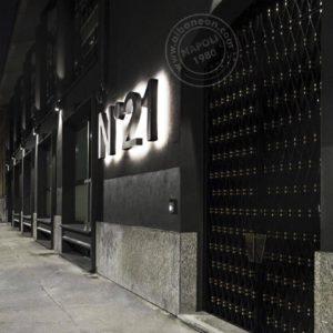 Insegne a lettere scatolate con costa e frontale in acciaio. Installate a parete con l'uso di distanziatori per diffondere in maniera omogenea la luce generata dall'impianto d'illuminazione a led interno.