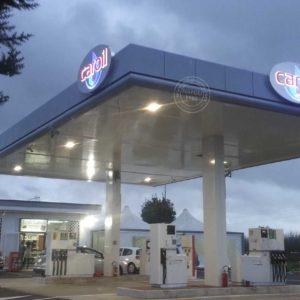 Allestimento di pensilina per impianto carburanti con insegne luminose ad alta visibilità.