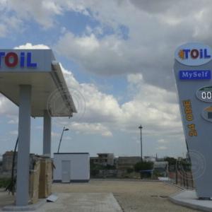 Impianto per stazioni di servizio completo, con insegne benzina e totem luminoso bifacciale corredato di prezzario a display a led.