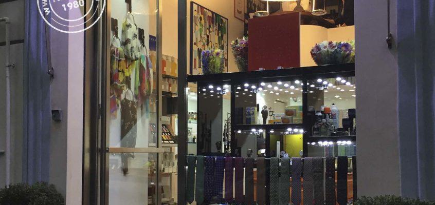 Insegne per negozi con scritte luminose in plexiglas